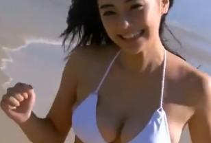 倉科カナ(芸能人)海辺で巨乳が動きまわるエッチな興奮映像