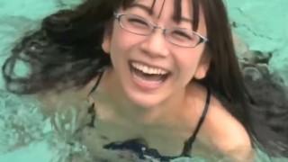 時東ぁみちゃんの屋外のプールでの横乳丸見えワンシーン